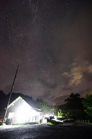 センターハウスと流れ星1.jpg