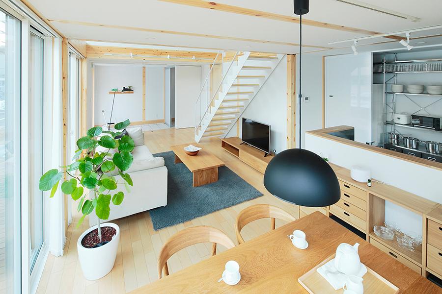 仙台北店は2方向が東南の大きな窓で開かれた、とても明るい食卓です。