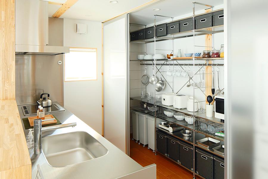 キッチンはユニットシェルフを活用。お料理しやすいように、収納や電気製品を収納しました。とても人気のキッチン収納です。