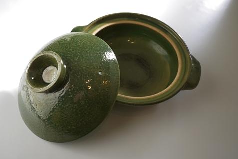これが千里シェアルームにある土鍋でーす。きれいな緑色です。それだけで誰がこの色を選んだのかがわかると思います。 無印良品の「伊賀焼軽量土鍋・織部釉  2~3人用」 ...